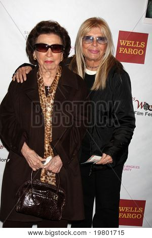 LOS ANGELES - MAR 26:  Nancy Sinatra Sr., and daughter Nancy Sinatra arriving at the