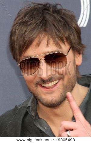 LAS VEGAS - APR 3:  Eric Church arrives at the Academy of Country Music Awards 2011 at MGM Grand Garden Arena on April 3, 2010 in Las Vegas, NV.