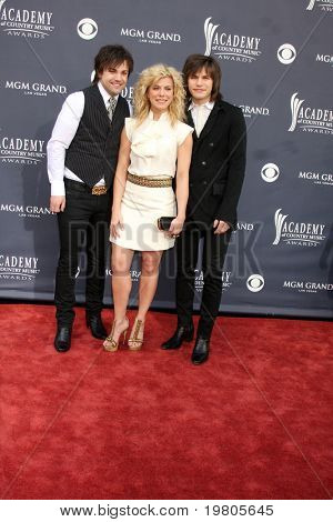 LAS VEGAS - APR 3:  The Band Perry arrives at the Academy of Country Music Awards 2011 at MGM Grand Garden Arena on April 3, 2010 in Las Vegas, NV.