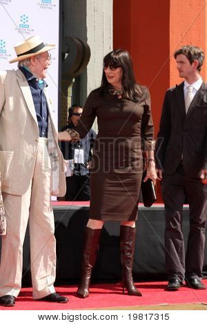 LOS ANGELES - APR 30:  Peter O'Toole, Anjelica Huston attending the Peter O'Toole Hand & Footprint Ceremony at Grauman's Chinese Theater on April 30, 2011 in Los Angeles, CA