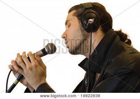 Perfil de um jovem em um canto de jaqueta de couro de forma romântica em um microfone.