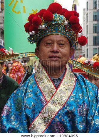 Homem chinês em fantasia cocar em celebrações de ano novo chinês em Londres
