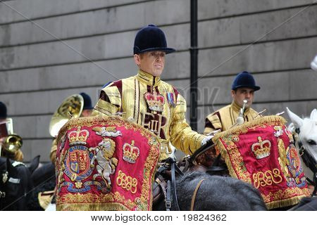 -LONDON, ENGLAND, NOVEMBER 12: Kavallerist Wasserkocher Schlagzeug spielen, bei der Lord Mayor's Show in London o