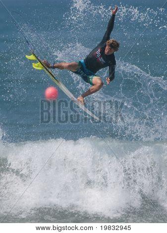 HUNTINGTON BEACH, CA. - 26 de julio: Andy Irons compitiendo en la Hurley nos abierto de surf en Huntington