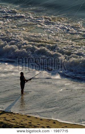 Homem Surf pesca no Oceano