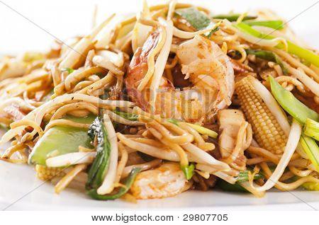 stir-fried noodles with prawns and vegetables