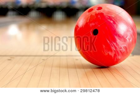 Primer plano de una bola de boliche en un callejón