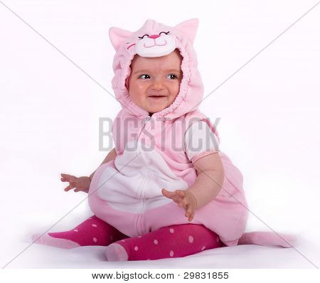 lächelnd niedlichen Baby sitzen auf dem Boden
