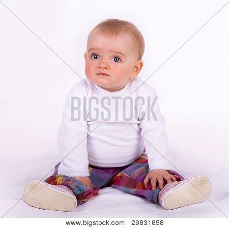 cute Baby sitzen auf dem Boden