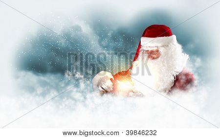 Pai Natal carregando presentes no seu saco