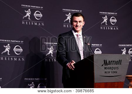 NOVA YORK-DEC 8: Texas A & M quarterback Johnny Manziel é o vencedor do Troféu Heisman 2012 na