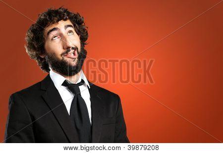 Portrait Of An unglücklich Man gegen einen roten Hintergrund