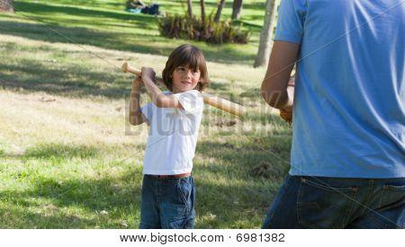 little Boy spielen Baseball mit seinem Vater konzentriert
