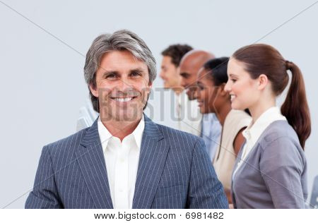 lächelnd Manager an seinem team