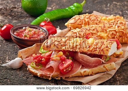 Sandwiches with ham and tomato salsa