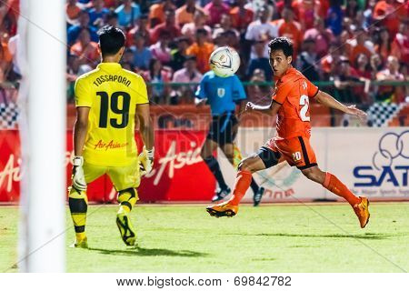 Sisaket Thailand-august 3: Tatree Seeha Of Sisaket Fc. (orange) Shooting Ball During Thai Premier Le