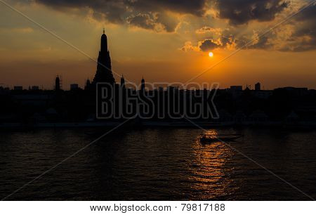 Silhouette shot of Wat Arun (Temple of Dawn) at sunset