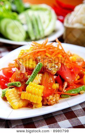 Würziger Salat Somtam im Thai Stil