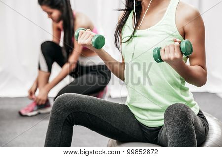 woman lift weight while sitting