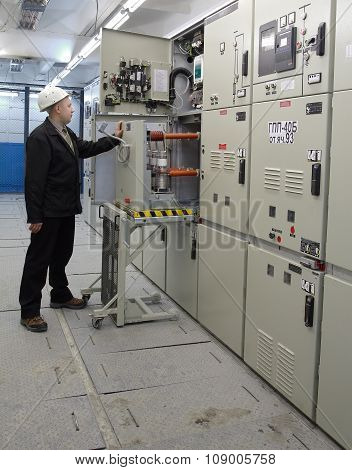 Electrician Provides Maintenance Indoor High Voltage Vacuum Dc Circuit Breaker.