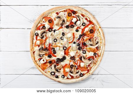 Supreme Classic Italian Pizza With Mozzarella, Mushrooms, Onion, Tomato. Ideal Look Of Pizza