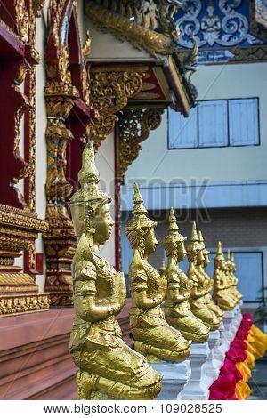 eight figures praying Buddha