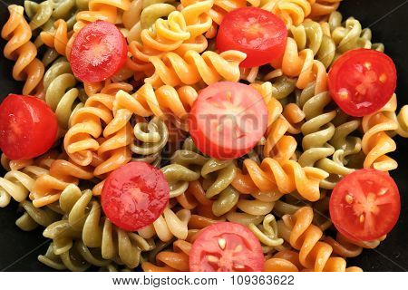 Delicious macaroni dish in black bowl, close up