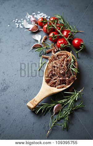 Cherry tomatoes, spices and whole grain spelt pasta