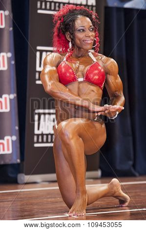 Female Bodybuilder In Red Bikini Shows Het Big Biceps
