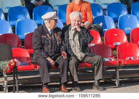 Senior veterans of World War II meet on tribunes
