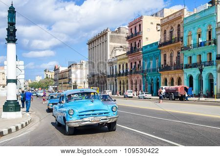 HAVANA,CUBA - NOVEMBER 12, 2015 : Street scene with old american car at an important street in Havana