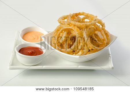 Onion rings and dip sauces