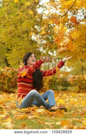 girl in beautiful autumn park