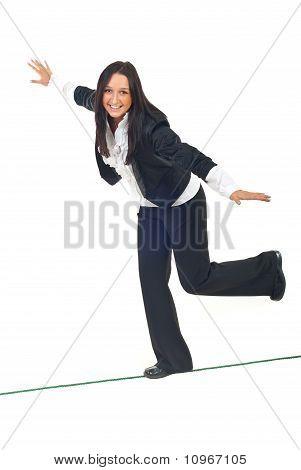 Business Woman Spaziergang am Hochseil