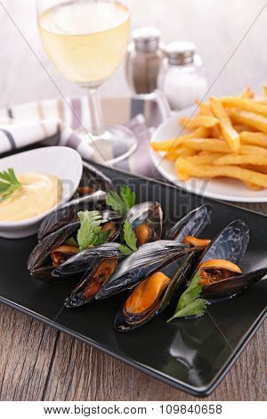 mussel with sauce and french fries