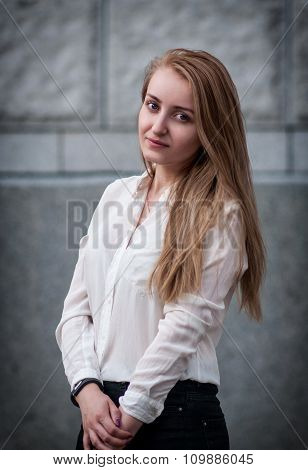 Outdoor lifestyle portrait of pretty young girl in casual style