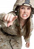 Постер, плакат: Сердитый женщина солдат