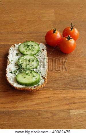 Bread with creamcheese and tomatoes