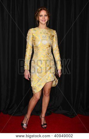 LOS ANGELES - 12 de JAN: Jennifer Lawrence chega em 2013 LA Film Critics Awards, em InterContinen
