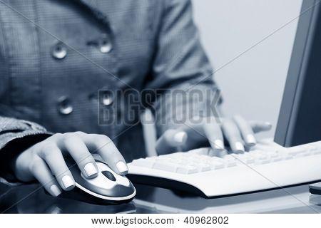Mujer manos escribiendo en el teclado de la computadora