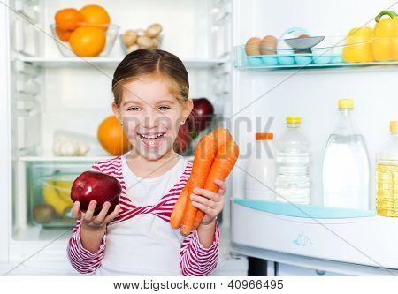 Mädchen mit Karotten auf Hintergrund-Kühlschrank