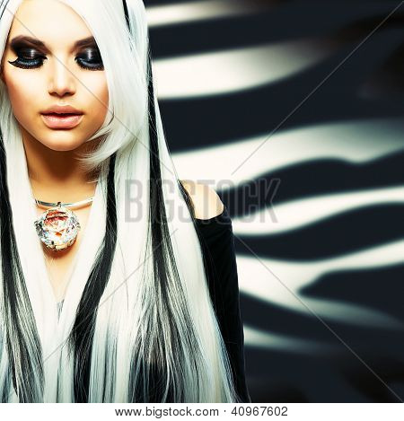 Estilo de belleza Fashion Girl blanco y negro. Pelo largo blanco con rayas negras.