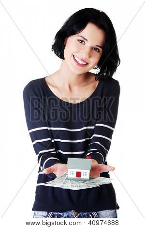 Feliz mulher segurando polonês zloty contas e modelo de casa sobre branco - conceito de empréstimo imobiliário