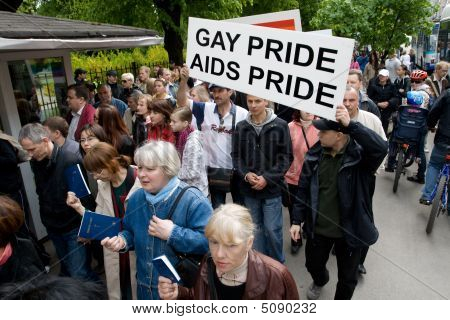 Manifestantes contra o Riga Pride 2009