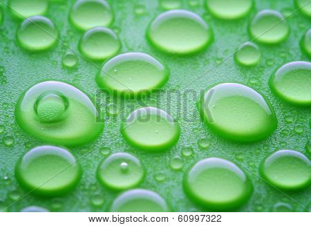 waterdorps on green hydrophobic surface, close-up shot