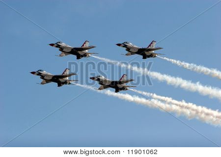F-16 Thunderbird jets flying in formation
