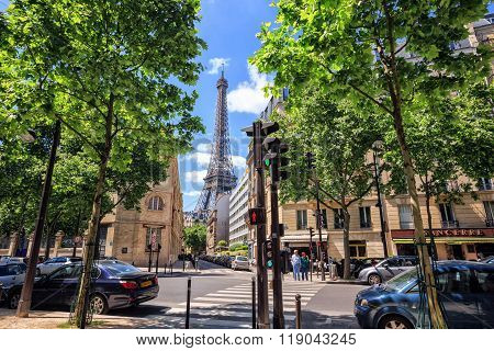 Eiffel Tower in perspective busy street