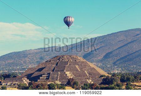 balloon above Teotihuacan