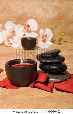 Massage Steine und Orchidee blüht