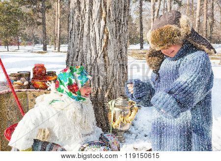 Children In Russian Pavloposadskie Scarf On Head With Floral Print On Snow.  Russian Style On A Back